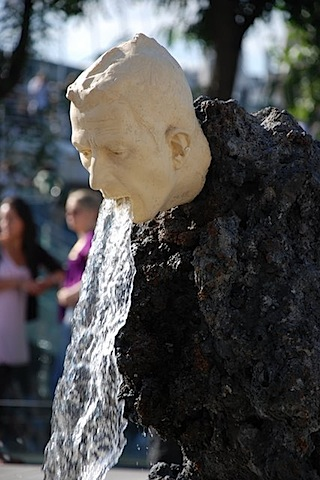 20-strange-sculptures-pI-vomiting-fountain.jpg